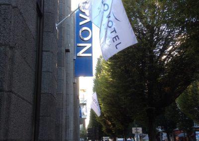 Drapeaux sur la façade d'un hôtel