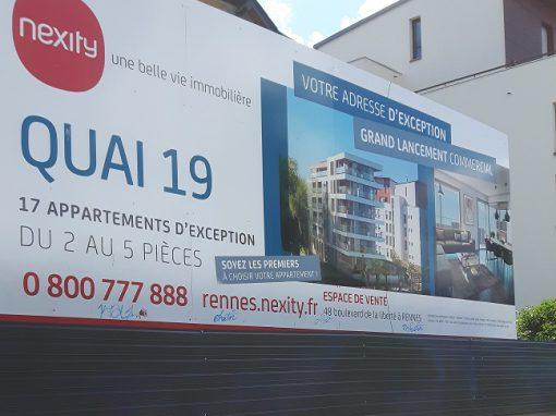 Grand panneau de promotion immobilière avec palissade